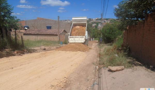 Imagens da Prefeitura continua realizando melhoramento nas ruas de Seabra
