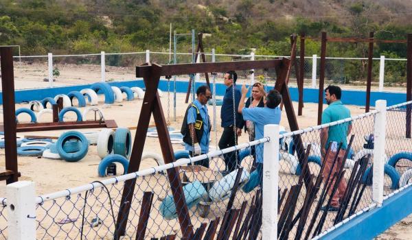 Imagens da Alunos dos ACESSUAS Trabalho realizaram a montagem dos brinquedos no parque da Vila Nova