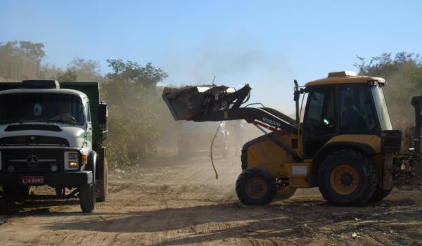 Ação de limpeza de entulhos no bairro Tamboril