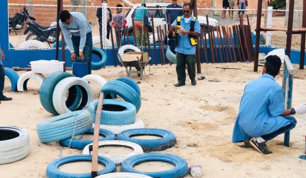 Alunos dos ACESSUAS Trabalho realizaram a montagem dos brinquedos no parque da Vila Nova