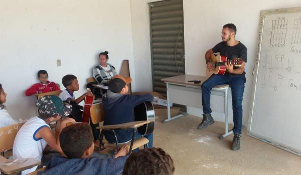 Escola Margarida Souza recebe 08 violões do PDDE