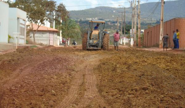 Prefeitura realiza terraplanagem para pavimentação de via