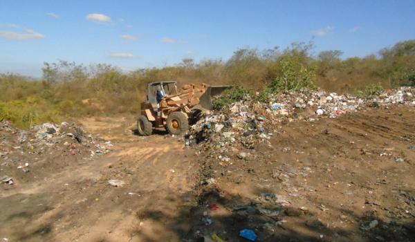 Serviço de manutenção do vazadouro em comunidade de Boa Vista